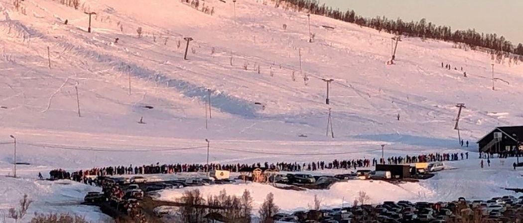 En Tromso se forma una kilométrica cola de esquiadores en pleno mes de mayo