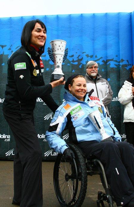 Fotografía de Irene Villa y Victoria González con su premio