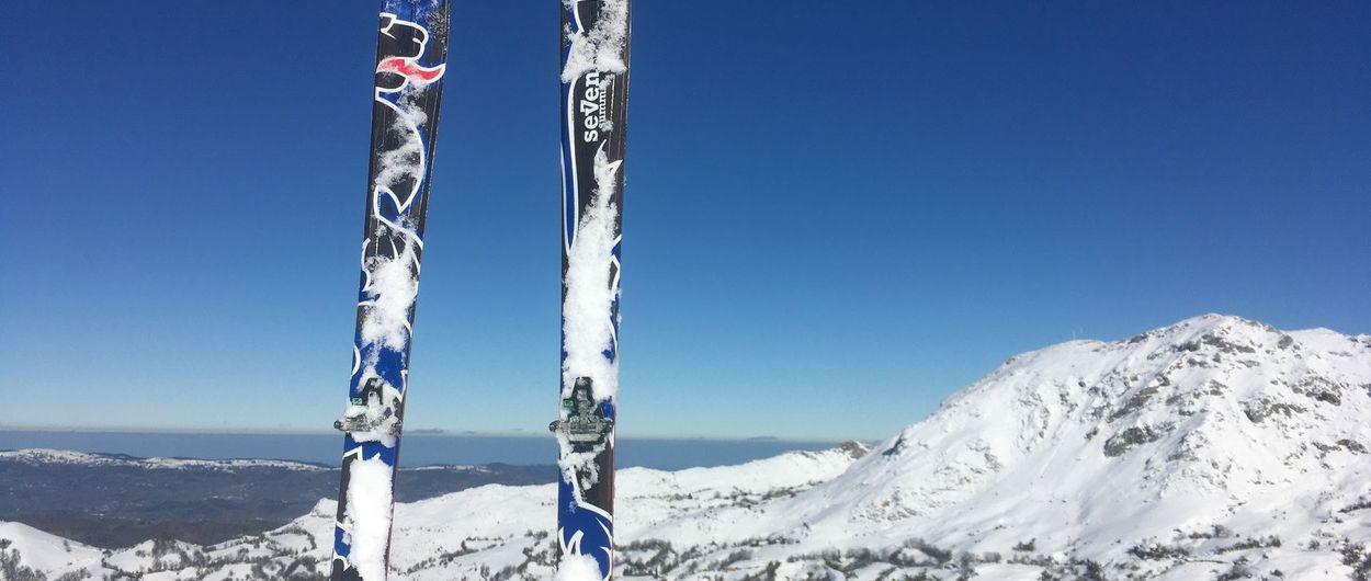 Disfrutando con los esquís cerca del mar