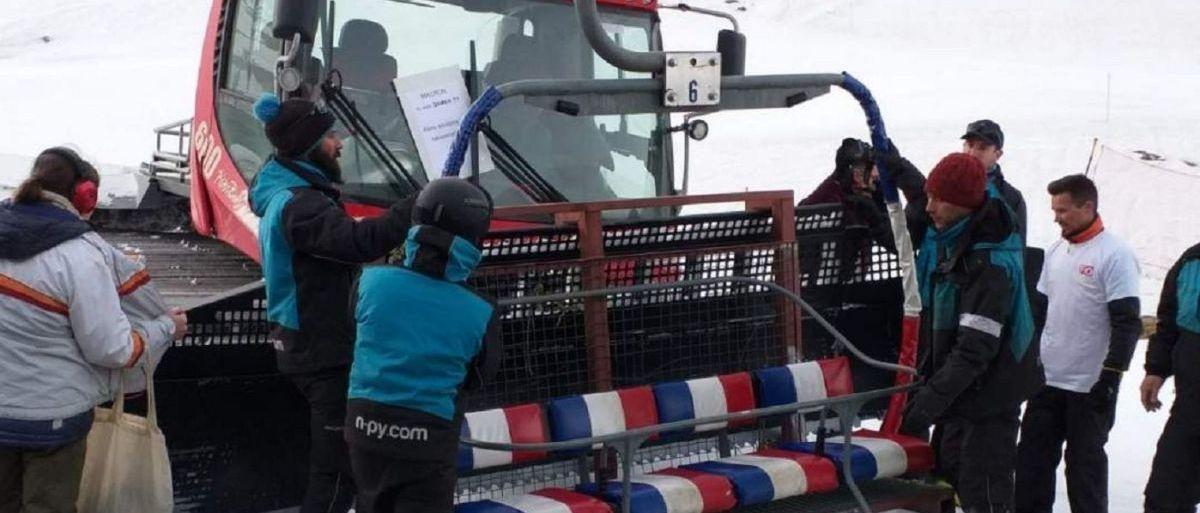 Trabajadores enfadados de Grand Tourmalet desmontan un telesilla de la estación de esquí