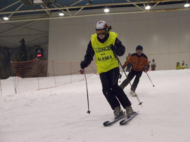 Fotografía de esquiador discapacitado visual en un descenso