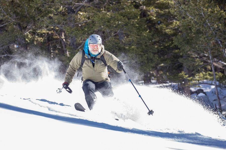 Skier en Bluebird Backcountry