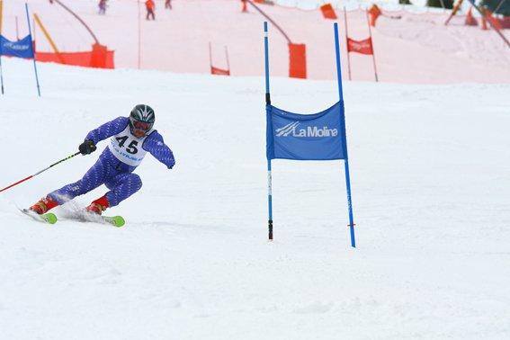 Fotografía de esquiador amputado del brazo izquierdo en descenso.