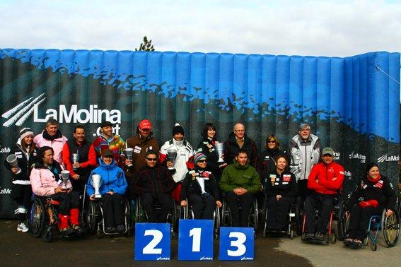 Fotografía del grupo de participantes en podio