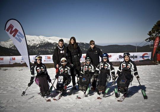 Fotografía de esquiadores en monoesquí posando en la nieve