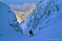 Descenso canal norte de la cima del Puig Major (1436m), Sierra de Tramuntana. Al fondo, zona de la Calobra en la costa. Mallorca, Islas Baleares. 11/02/1986.