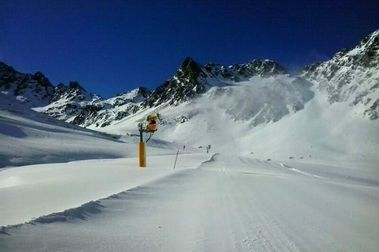 Metre i mig de neu per l'obertura de Vallnord
