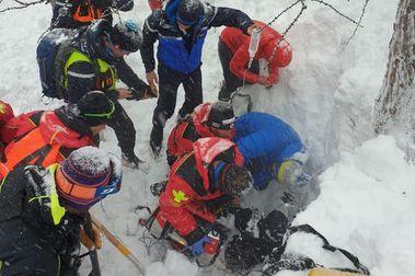 Con el sistema Wolfhound sacan vivo a un hombre enterrado en la nieve durante casi 3 horas