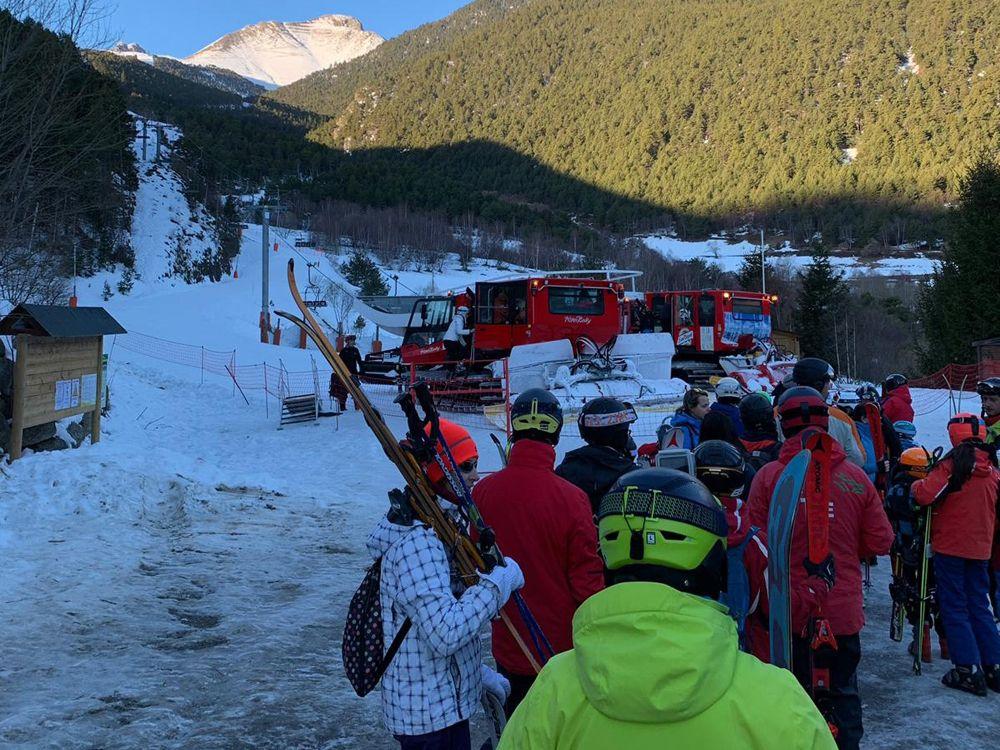 Cola en los accesos a las pisanieves con cabina de Espot este domingo pasado
