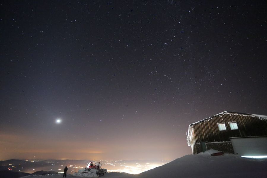 Imagen nocturna de Sierra Nevada de noche