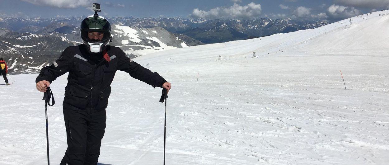Un motorista esquiando en el Stelvio