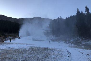 Arapahoe Basin Ski Area comienza a fabricar nieve
