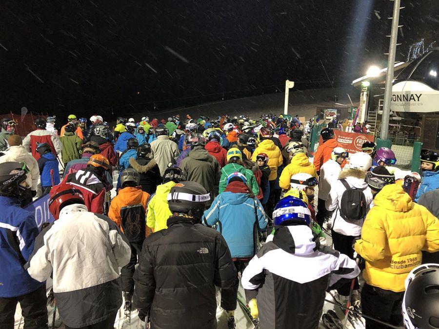 cascos-frio-cola-esqui-nocturno