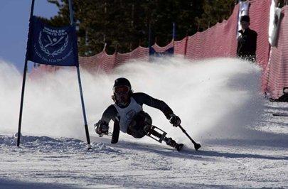 Fotografía de un esquiador en monoesquí