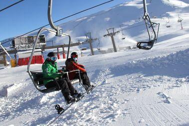 Sierra Nevada abre su temporada de forma especial con los primeros esquiadores