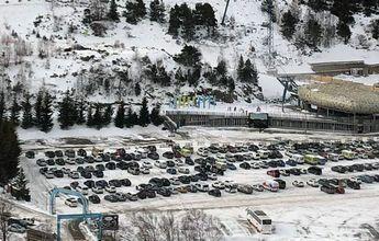 Aparcamiento lleno en el Tarter pese a estar la estación cerrada al esquí