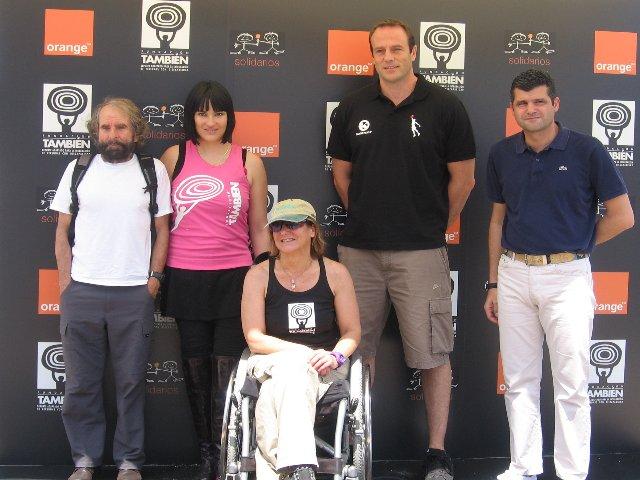 Fotografía de componentes de la Fundación Tmabién y orange con Teresa Silva al frente e Irene Villa