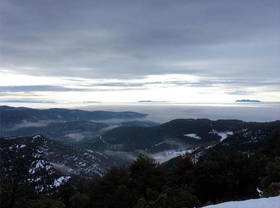 Llegando tenemos este paisaje con la emblemática montaña de Montserrat emergiendo del mar de nubes.