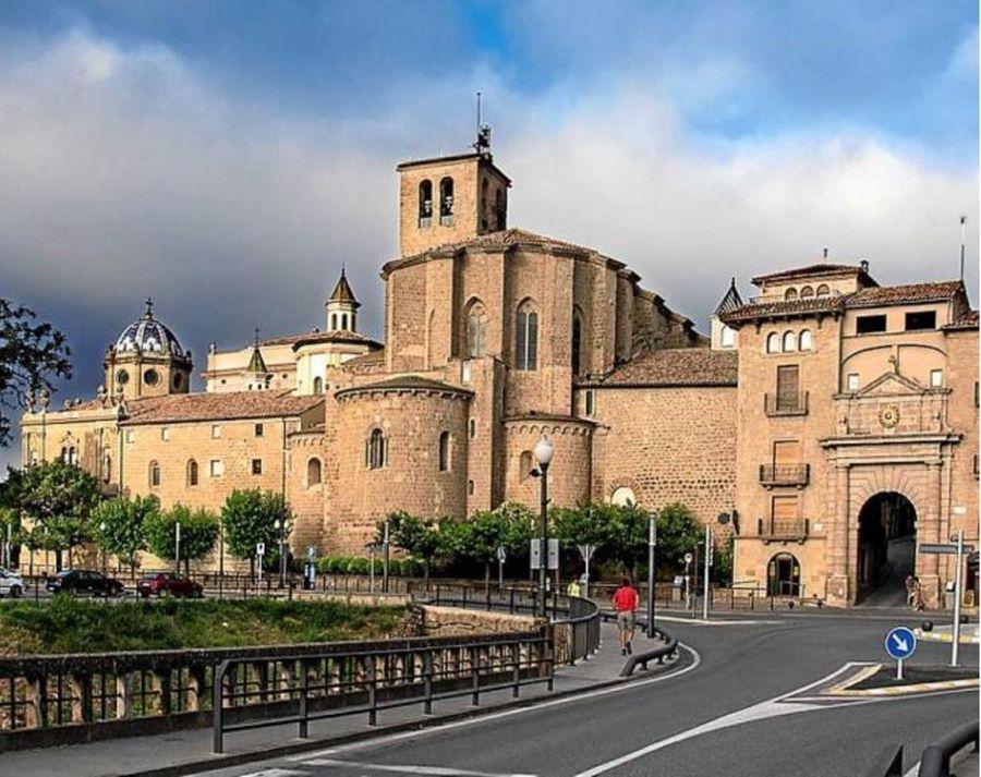 Portal de entrada al casco antiguo de Solsona y absis de la Catedral.