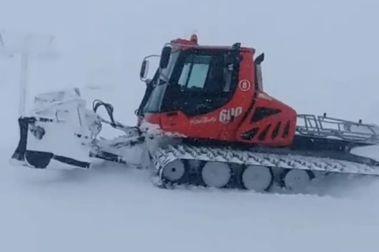 Las máquinas pisanieves empiezan a entrar en las pistas de esquí