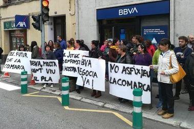 Protestas en el BBVA para desbloquear la venta de tres hoteles de Boí Taull