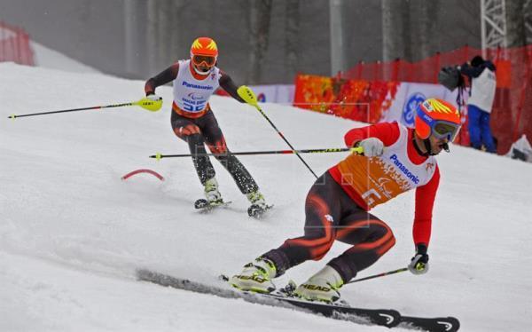 Fotografía de el esquiador español, Jon Santacana, y su guía Miguel Galindo durante una competición de esquí alpino. fotografía de archivo
