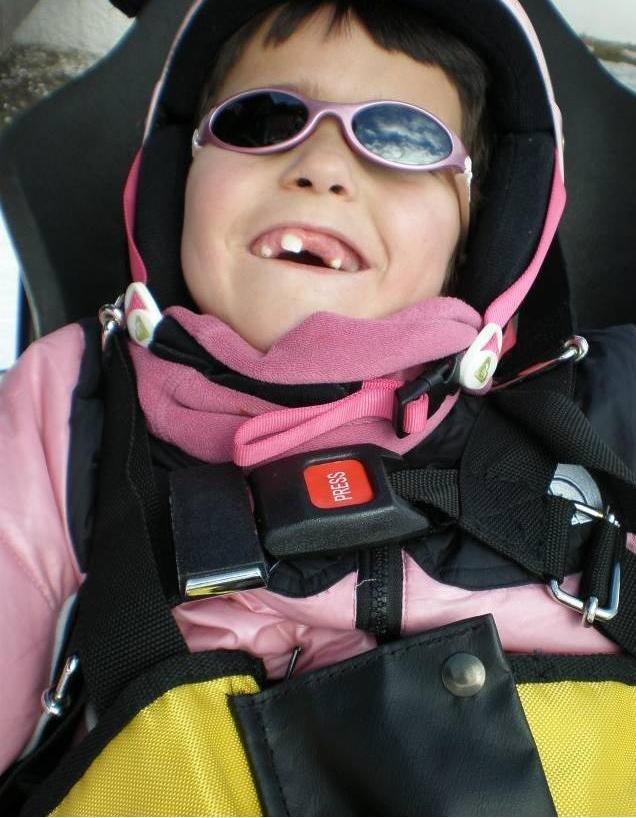 Fotografía de niño con una gran sonrisa después de una bajada
