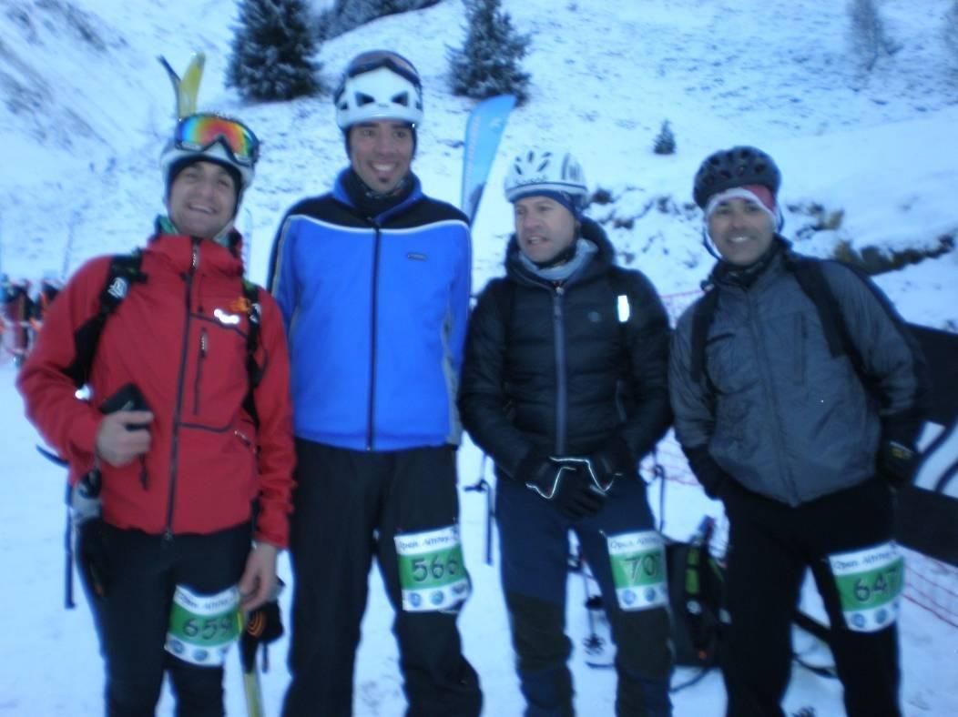 Fotografía de grupo posando en la nieve