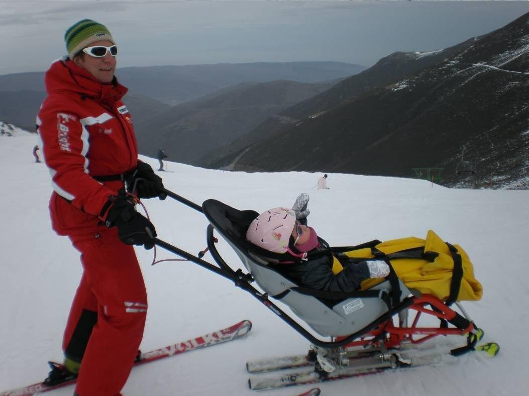 Fotografía de monitor con un niño en dual esquí