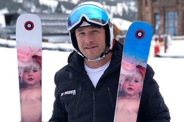 Bode Miller recuerda a su hija fallecida con estos esquís personalizados