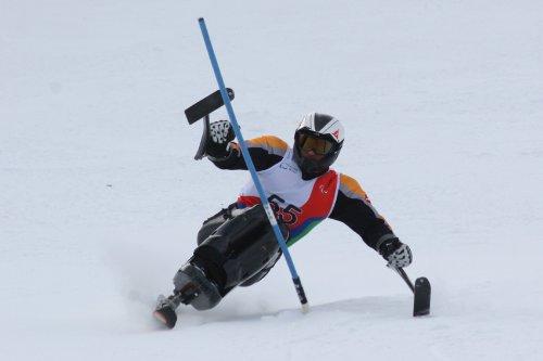 Fotografía de esquiador de la categoría sentados en el descenso