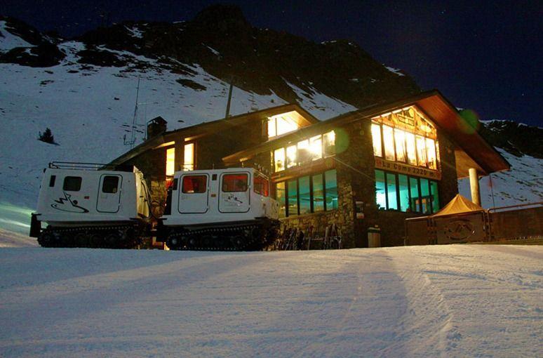 Tras una dura jornada de esquí…nada mejor que dejarse seducir por una cena opípara a 2.200m, subiendo con un vehículos que siempre me recuerda a La Cosa, el filme de John Carpenter de 1982.