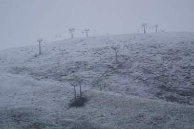 Nevando en Astún el 17-05-05