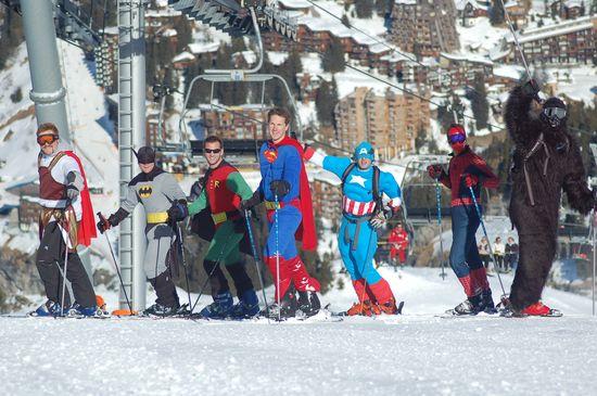Superheroes esquiando